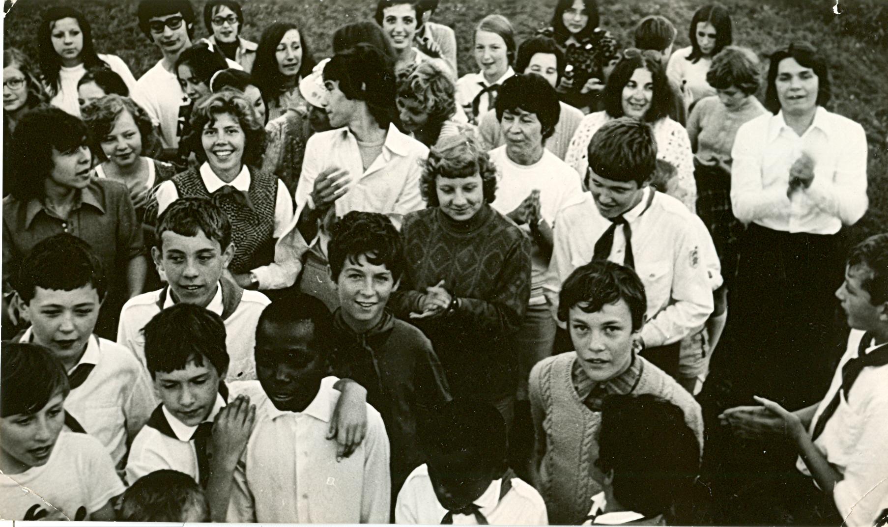 пионеры лагеря и их французские сверстники, отдыхавшие в Орленке по обмену.